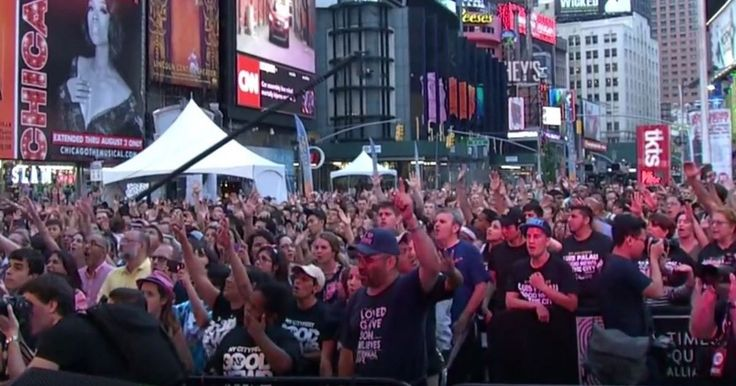 New York residents woke up to an unusual scene, as thousands gathered in Time Square to sing their praise.