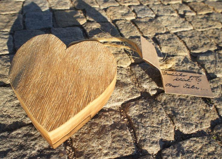Srdce dřevěné Naše srdce jsou vyrobena z kvalitního přírodního dřeva (ořech, jasan, smrk, dub) oštřeno včelím voskem od souseda včelaře, popisky na přírodním motouzu psaná rukou. Každý kus je originál ! Rozměry : 13 x 13 cm , tloušťka 4 cm