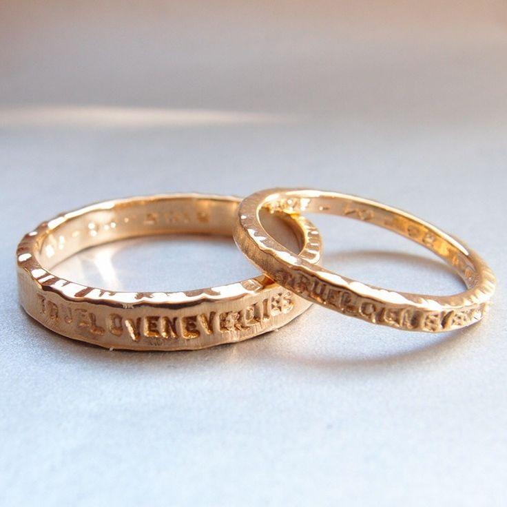 Twee gouden trouwringen met ingeslagen tekst. De tekst kunt u zelf bepalen.