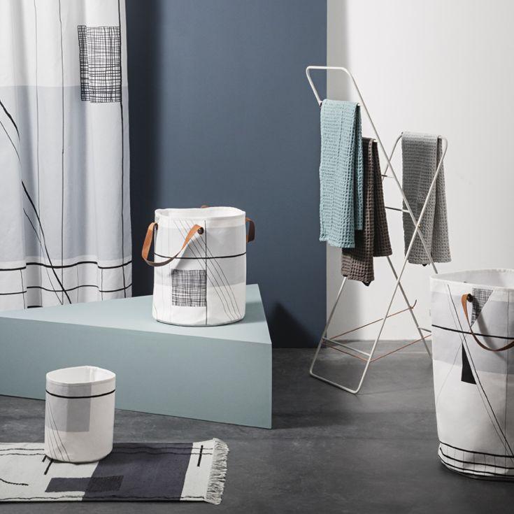 ferm LIVINGs Trace serien inkluderer et badeforhæng, en måtte, en vasketøjskurv og opbevaringskurve.