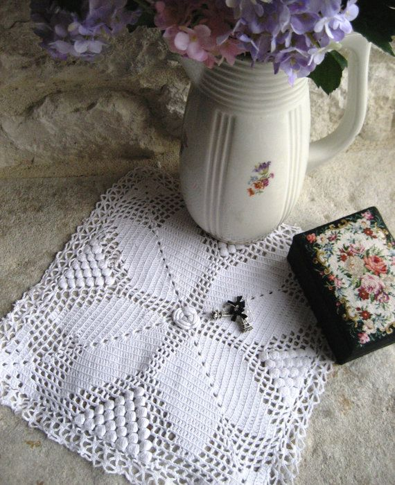 French Vintage Small Crocheted Doily with Lace by Chezpetitpica, €7.00