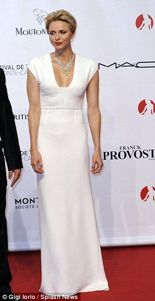 She paired her stunning dress with statement jewellery...