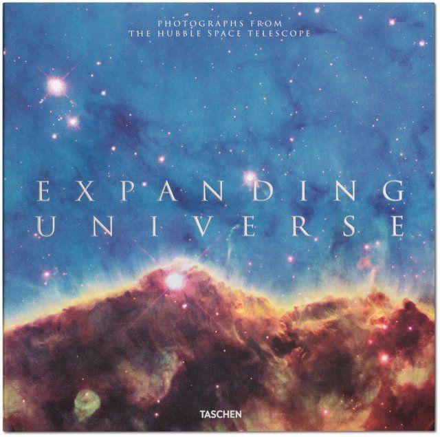 Nebulosas que forman remolinos, estrellas que estallan, colores iridiscentes y formas inmensas y frágiles. Encuéntrese cara a cara con algunas de las imágenes más asombrosas de los 25 años del telescopio Hubble como vigilante del espacio.. Publicado por Libros TASCHEN