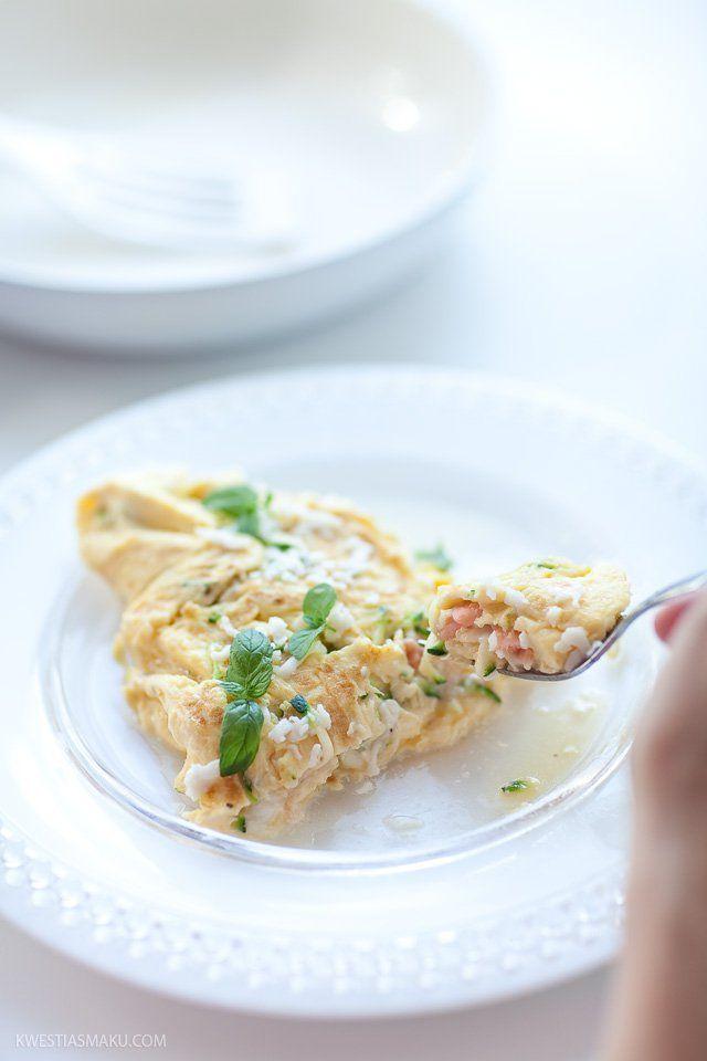 Omlet z cukinią i łososiem wędzonym | Kwestia Smaku
