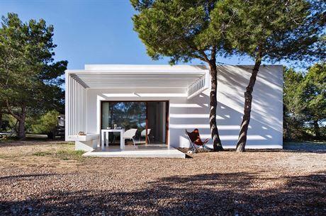 Bělostné hladké fasády odrážejí intenzivní sluneční paprsky a vyniknou i ve...