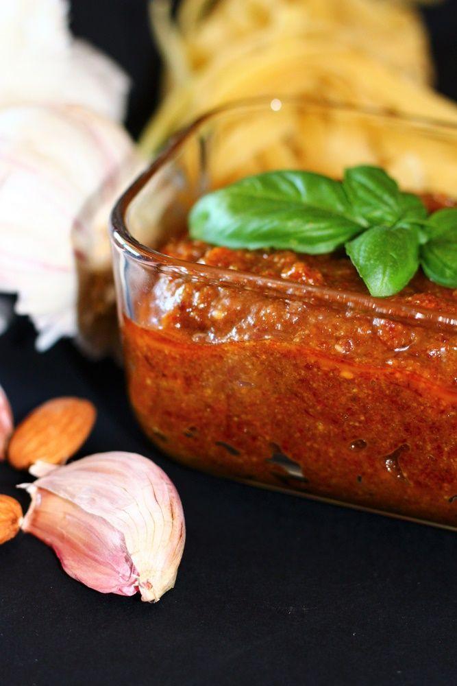 Pesto rosso di pomodori secchi. Una salsa fredda ottima e golosa per condire piatti estivi light, ricca di fibre e potassio.