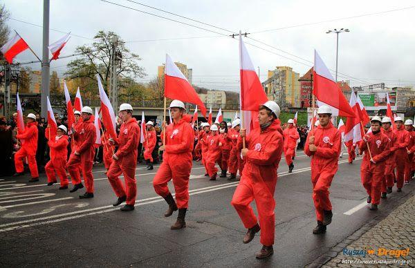 Radosny tłum wiwatujących ludzi, barwny korowód historycznych postaci, biało-czerwone flagi i zabytkowe samochody na Paradzie Niepodległości w Gdyni!