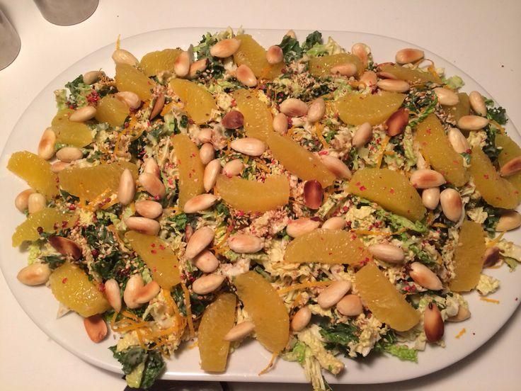 Skøn vintersalat med savoykål, grønkål, appelsiner, ristede og saltede mandler, ristede sesamfrø og tahin-/appelsindressing... Uhmmm