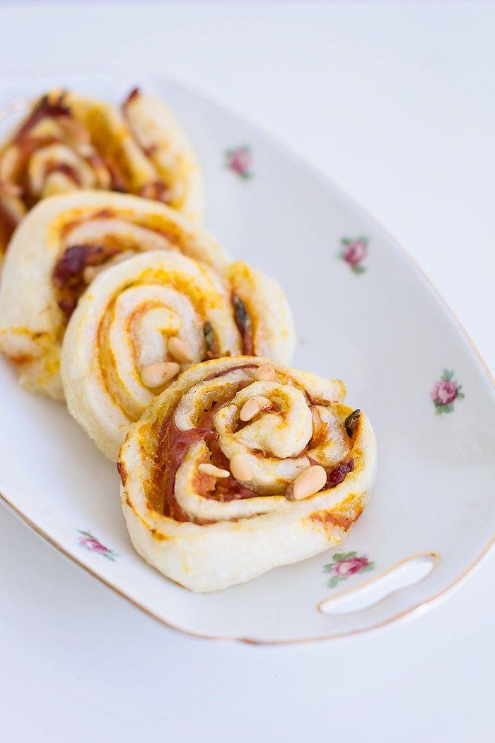 Ervaar het ultieme herfst gevoel met deze pompoenbroodjes. De broodjes zijn geïnspireerd op de joodse babkabroodjes. Normaal gesproken zijn deze marmerbroodjes zoet, maar deze zijn dus hartig. Lekk…