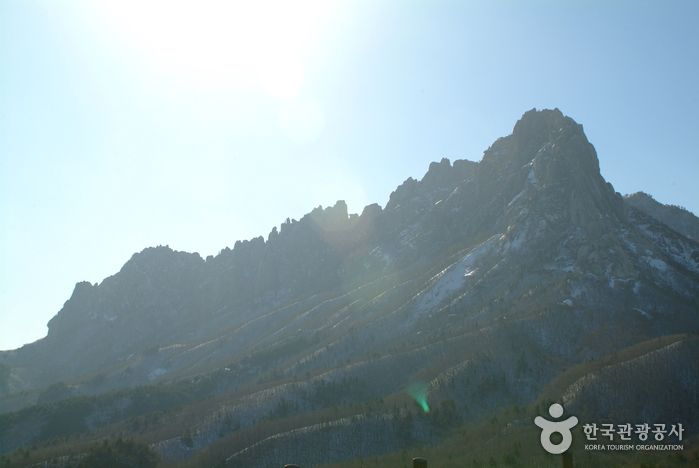 Ulsanbawi Rock (설악산 울산바위),  Gangwondo's Korea100 Category : Nature, Tourist resources, Rocks formations Tour Information :  Ulsanbawi is composed of six granite peaks, each bearing a x_width of 4km. You can see the spectacular scenery of Seorak Mountain, the East Sea, Dalma..