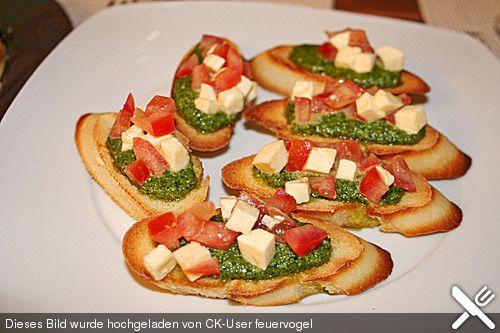 Crostini mit Rucolapesto und Tomaten-Mozzarella-Salat