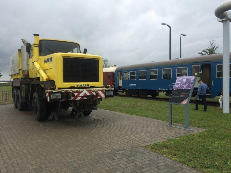 Faun vontató és nosztalgiavonat ma délben a Paksi Atomenergetikai Múzeum elött..