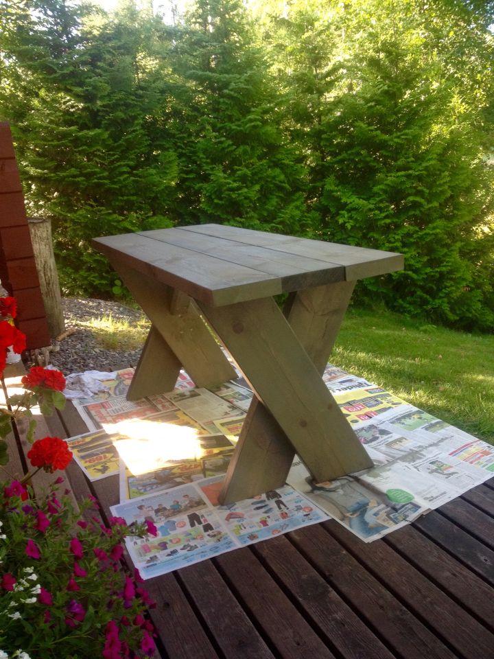 Lapepalkeista tehty terassipöytä sai kivenharmaan sävyn