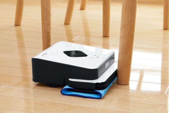 フローリングでは、掃除機をいくらかけても、気になるベタつきが残ることも。快適で清潔なフローリングのためには、雑巾掛けをしたいところです。とはいえ、「 忙しくてなかなかできない」「やらなきゃと思っていても、雑巾がけは面倒くさくて……」なんて声が聞こえてきそうです。そんな人たちに知ってもらいたいのが、このお掃除ロボット。ナント、自動で拭き掃除をやってくれるんです。最先端の技術を駆使して、アナロ...