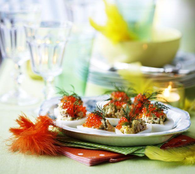 Påsken er en af de højtider, hvor vi hygger om familie og venner med masser af god mad over en lækker påskefrokost.