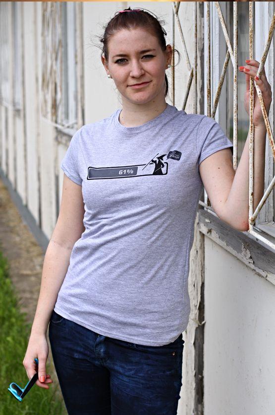 """T-shirt You Shall Not Pass De vrouwelijke versie van de klassiker is een nauwsluitend model met verkorte mouwtjes en heeft een RAXart opdruk van Gandalf die de legendarische woorden, """"You Shall Not Pass"""", spreekt op de Windows installatie balk bij de 'magische' 61%. Blikdicht met aangenaam hoge stofdichtheid en een eersteklas verwerking."""