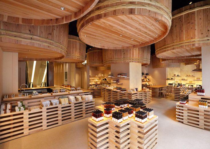 隈研吾氏が手がけた醤油屋さん、天井から突き出た樽の迫力は圧巻 - デザイン Mother's Cafe