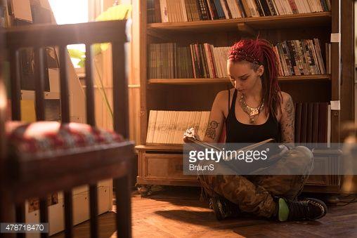 Estudante Hipster relaxante na biblioteca e estudar.