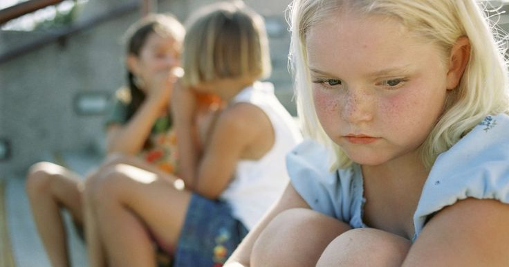 """Provocações: Quando as palavras machucam. Todos sabemos que a provocação é uma parte natural da vida das crianças. Mas quando a provocação vai longe demais, é difícil para seu filho diferenciar palavras maldosas de meras brincadeiras. O temperamento e estilo de personalidade do receptor são fatores importantes na equação, segundo o Dr. Fran Walfish, psicoterapeuta infantil e autor de """"O ..."""