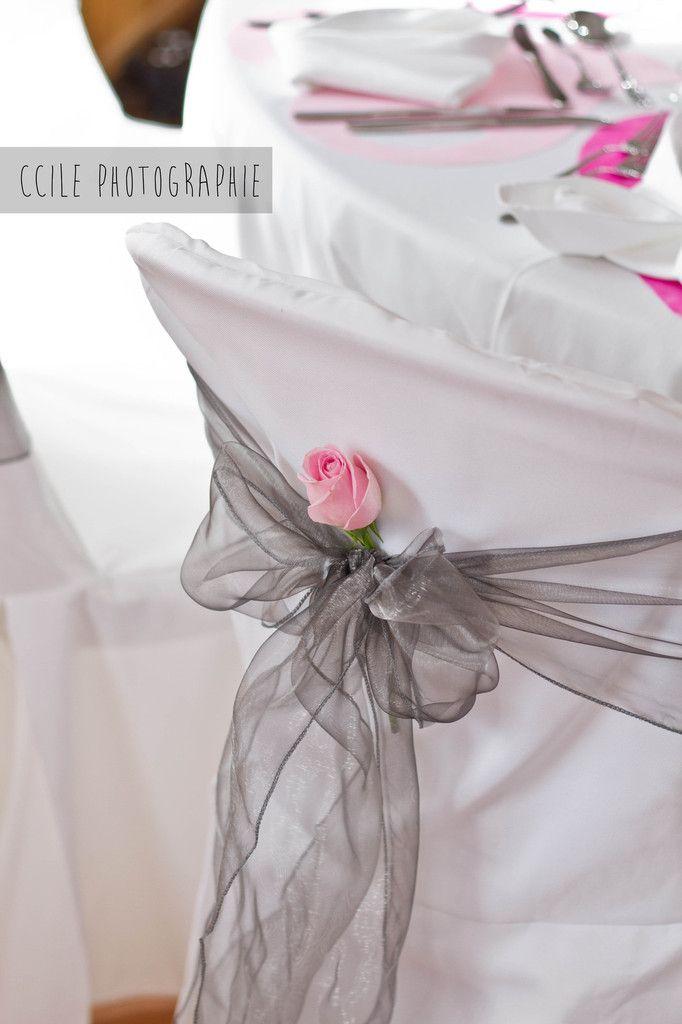Mariage rose pâle et rose fuchsia avec une note de gris. Noeud de chaise avec rose.