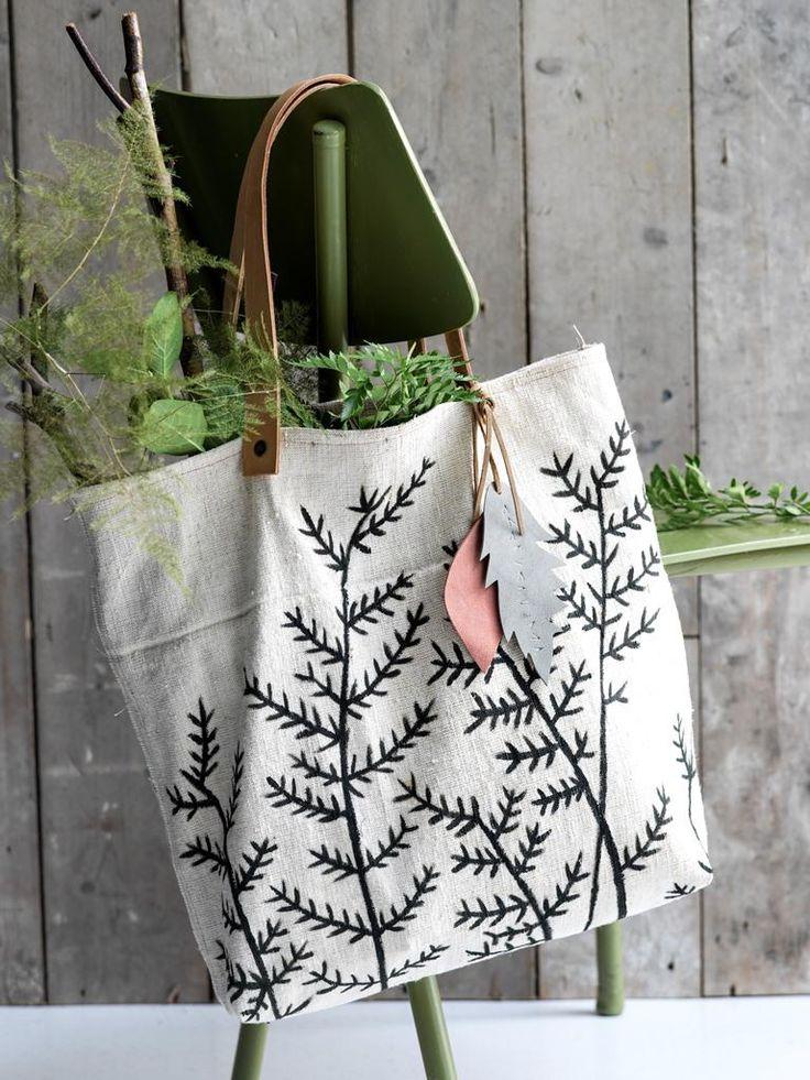 Deze prachtige linnen tas met handgeschilderde takjesprint koop je niet in de winkel, maar kun je zelf maken! Dit heb je nodig 1 m grof linnen (stoffenwinkel) 2 repen tuigleer van 60 cm lang en ± 2,5 cm breed (lederhandel of ruitersportwinkel) of 2 kant-en-klare tashengsels van ± 60 cm lang (Prym) donkergrijze textielverf (hobbywinkel) …