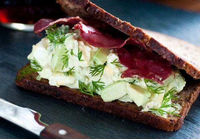 Yumurtalı ve Avokadolu Sandviç – Mutfak Sırları – Pratik Yemek Tarifleri