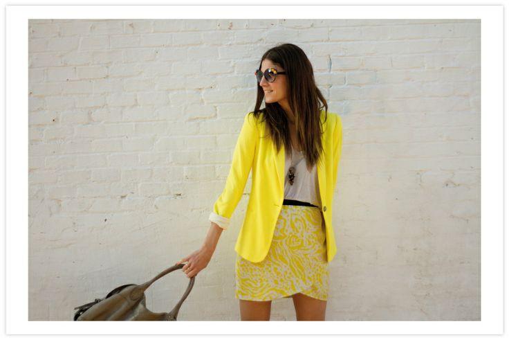 camiseta en gris & falda estampada - blazer en amarillo