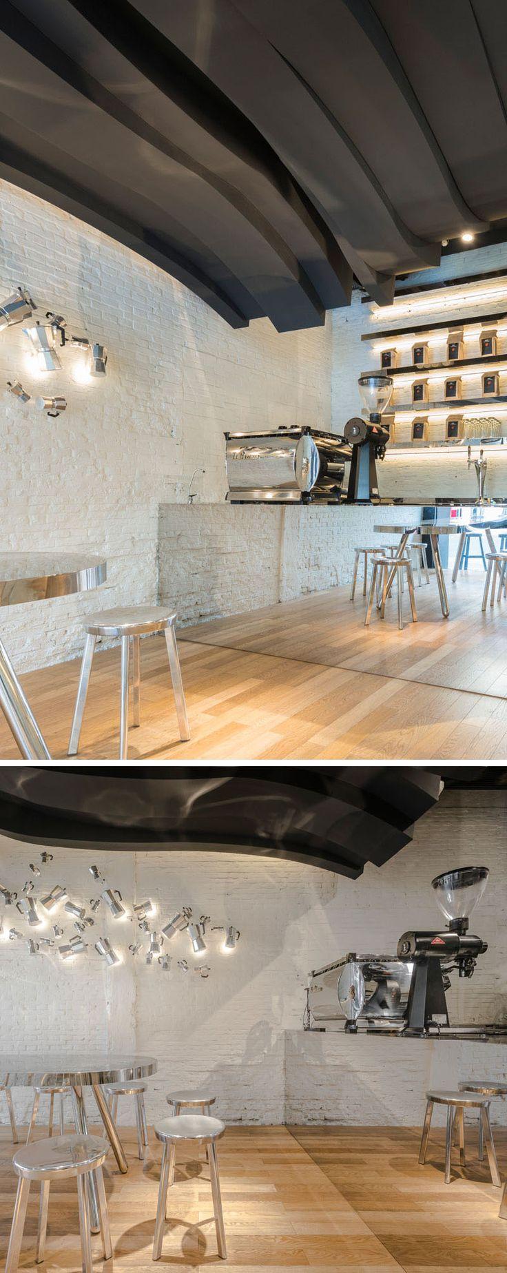 Оригинальный интерьер кафе: белая кирпичная стена
