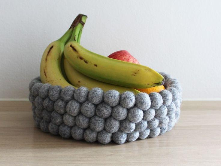 Der natürliche Look. Unser Brotkorb Natural Wool setzt sich aus 5 unterschiedlichen Wollfarben zusammen, die nicht eingefärbt sind. Ein Set aus zwei Untersetzern und einem Brotkorb ist die perfekte Dekoration für Ihren Tisch.
