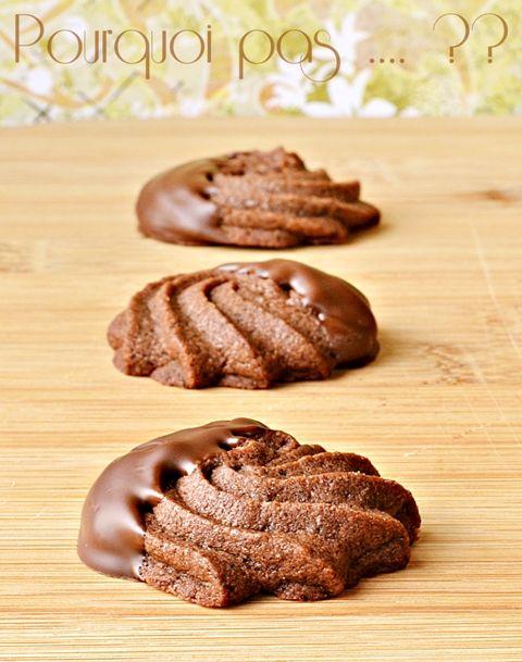 """À la poursuite des essais """"biscuits pour cadeaux gourmands"""", ces sablés au chocolat, relevé d'une pointe de café, sont délicieusement croqua..."""