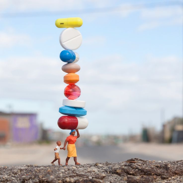 Adorable Miniature Figurines bySlinkachu  British artist Slinkachu continues his Little People Project the project he started in 2006. More than 10 years later he carries on his street art installations and photography project. He stages minuscule figurines in the urban space and then shot them. He creates surprising situations full of humour which lead people to pay more attention to their surroundings. A whole miniature world to be discovered on his Instagram account.           #xemtvhay