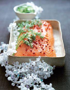 Recette Saumon gravlax : Demandez à votre poissonnier de couper un tronçon de saumon juste après la partie ventrale, de l'écailler puis d'en retirer l��...