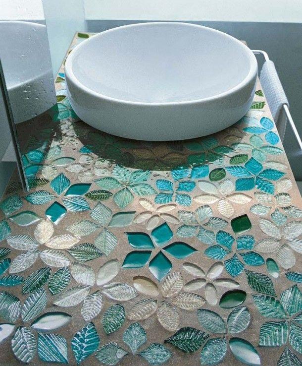 Mozaïektegels | Bloemvormige mozaïektegels in blauwtinten. Door Ietje
