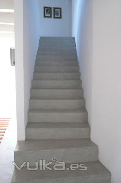 Cemento pulido Mineral Deco color Karonga aplicado en escaleras.