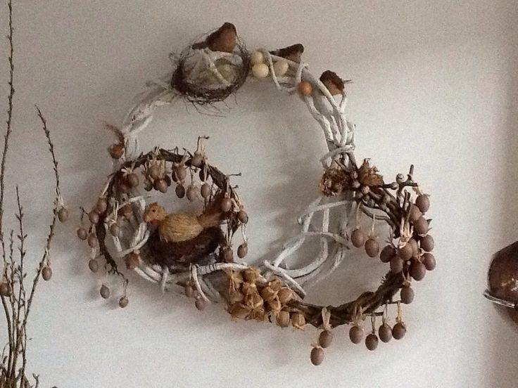 Paasdecoratie voor aan de wand. Gemaakt van natuurlijke materialen.