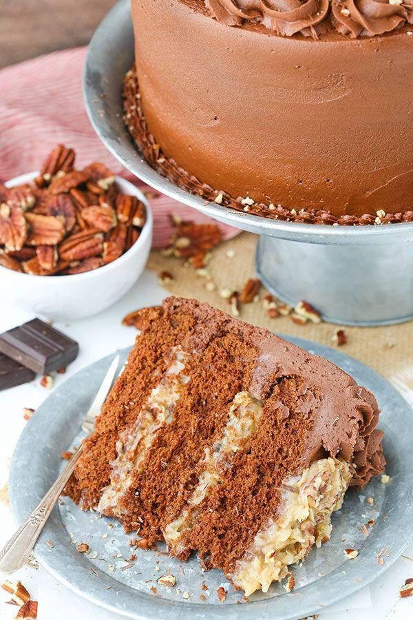 Gâteau allemand au chocolat - le gâteau au chocolat allemand classique avec le remplissage de noix de coco et le glaçage au chocolat!