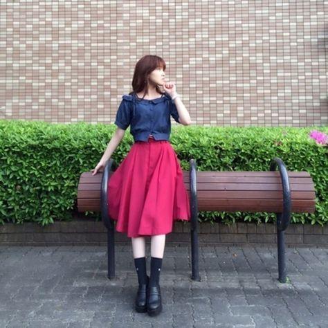 デート フェミニン ガーリー 甘め キュート ナチュラルで使えるブラウス 無地 ネイビー オフショルダー titty&Co.(ティティー&コー) x COCO DEAL(ココディール) ミモレ フレア スカート レッド 無地 x ローファー ブラックのコーディネート。モデルはYuka Kenpoさん。スタイリストの解説つきです。