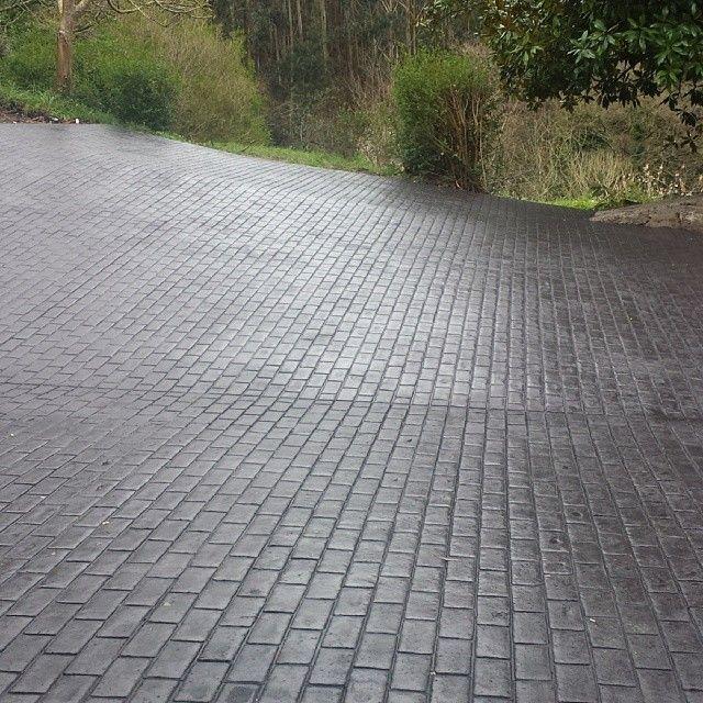 Entrada a casa particular con pavimento de hormigón impreso textura adoquín con ankare zaline gris pizarra
