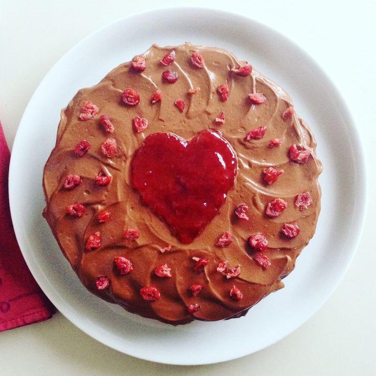 Gâteau au chocolat et aux cranberries, glaçage riche et fondant au tofu. Recette facile, healthy, vegan, avec version sans gluten.