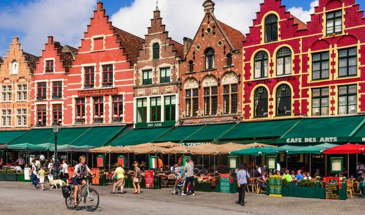 """La pequeña ciudad de Brujas (Bélgica) se ganó el apelativo de la """"Venecia del Norte""""; pero con sus numerosos canales y las hermosas casitas."""