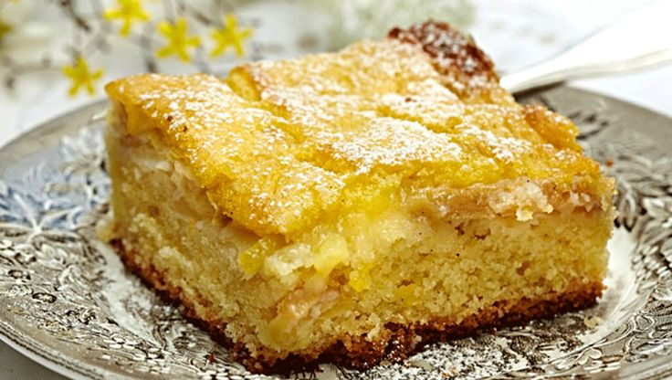Æblekage er en typisk efterårskage. Her får du en lækker opskrift på bagt æblekage med creme, en dejlig kage til eftermiddagskaffen