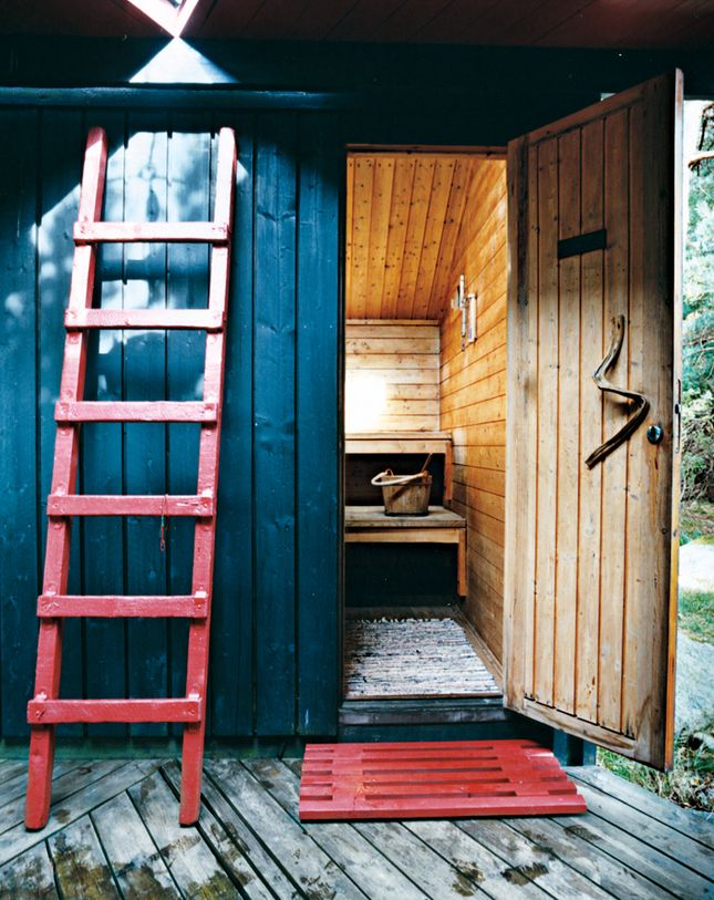 Hanko-Norway-Jürgen-Kiehl-one-sided-pitch-shed-style-black-boarding-sauna-red-ladder-red-wood-mat