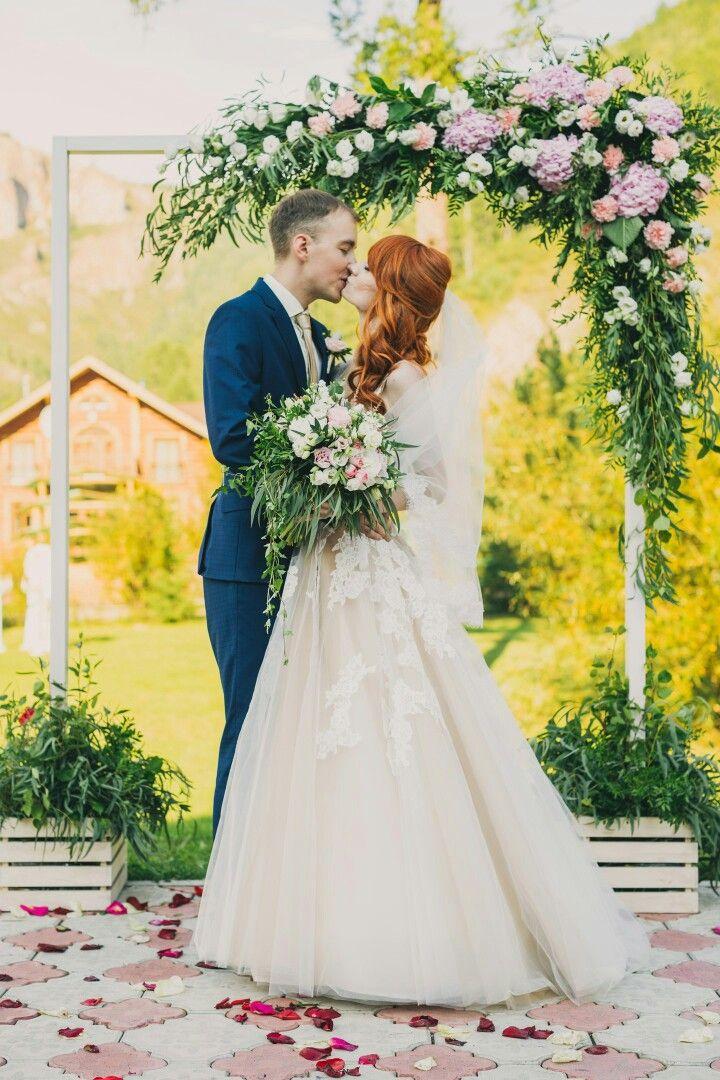 Выездная церемония. Деревянная арка оформленная зеленью и цветами