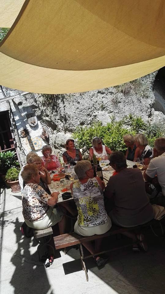 Gita in campagna! Abbiamo inaugurato qualche settimana fa una nuova escursione, sempre in compagnia di Antonio e Pasquale. Vi abbiamo mostrato un luogo davvero incantevole adagiato sulle alture di Serrara Fontana, la tenuta della Cenatiempo Vini d'Ischia. Un'immagine e' emblematica e attesta, crediamo, il successo dell'iniziativa! Salute!!! #ischia #viticoltura #vino