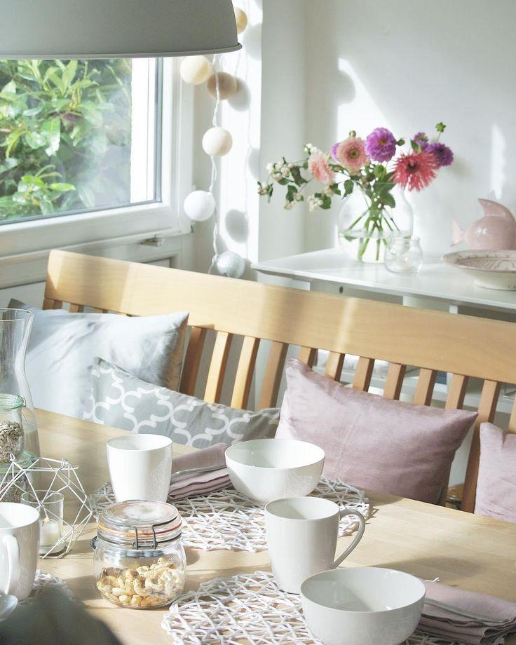 Simple is beautiful! Das gilt auch für das passende Geschirr für Dein Zuhause. Beim gemeinsamen Frühstück in diesem traumhaften Esszimmer dürfen schöne Schälchen nicht fehlen. Unser Favorit: Die Schälchen Delight aus unserer WestwingBasics Kollektion. Klassisches + hochwertiges Design = die perfekte Kombination! // Esszimmer Esszimmertisch Blumen Flowers Rosa Pink Grau Grey Kissen Sitzkissen @living.elements