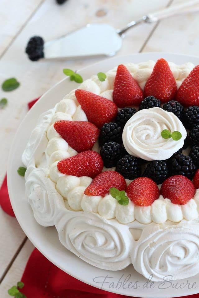 Pavlova con frutta fresca. Un guscio di fragrante meringa classica, riempito con soffice panna montata e con tanta frutta fresca a completare il dolce.