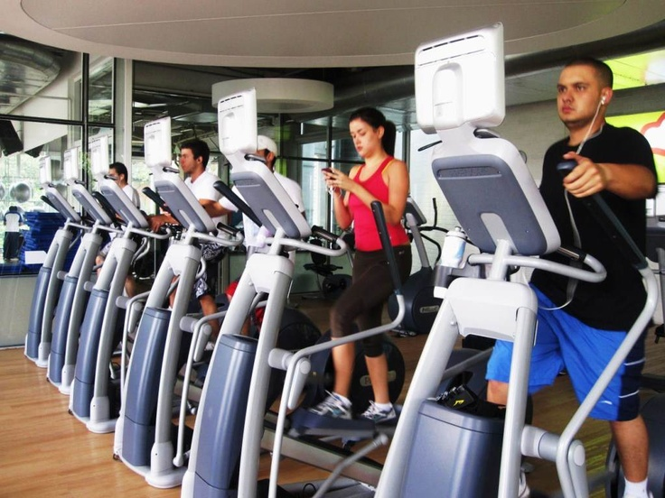 Gimnasio Vivo Universidad Eafit. El gimasio cuenta como 40 maquinas para cardio, 30 bicletas para spinning y 70 maquinas para el area de musculacion.