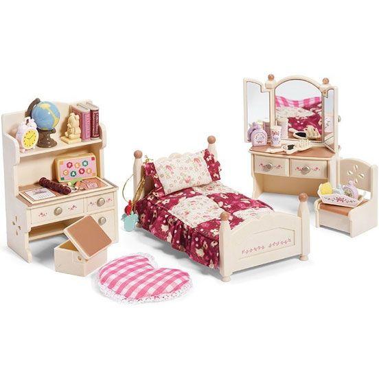 Sylvanian Families Детская комната бежевая  Набор Детская комната Silvanian Families в бежевых тонах — девичья спальня, где есть подростковая кровать, заправленная постельным бельем в стиле пэчворк, розовая пижамка, трельяж, куда можно поставить разнообразные флакончики, положить расческу и маленькое зеркальце, а в ящики трельяжа можно спрятать забавные кулончики.  Кроме того, здесь есть письменный стол с полкой, за которым удобно делать уроки, а на полке можно расставить книги и глобус. В…