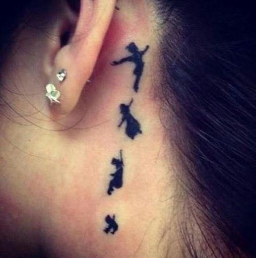 Pequeno desenho de tatuagem de dançarinos de trás da orelha