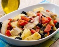 Salade de maquereaux aux pommes de terre, tomate, câpres et olives : http://www.cuisineaz.com/recettes/salade-de-maquereaux-aux-pommes-de-terre-tomate-capres-et-olives-79264.aspx